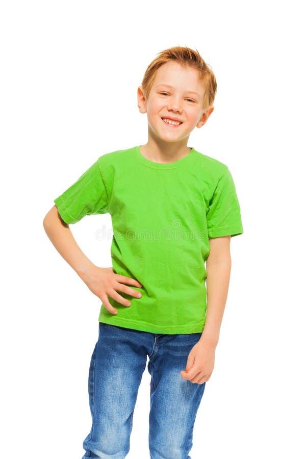 Gelukkige glimlachende jongen in groen t-shirt en denim stock fotografie