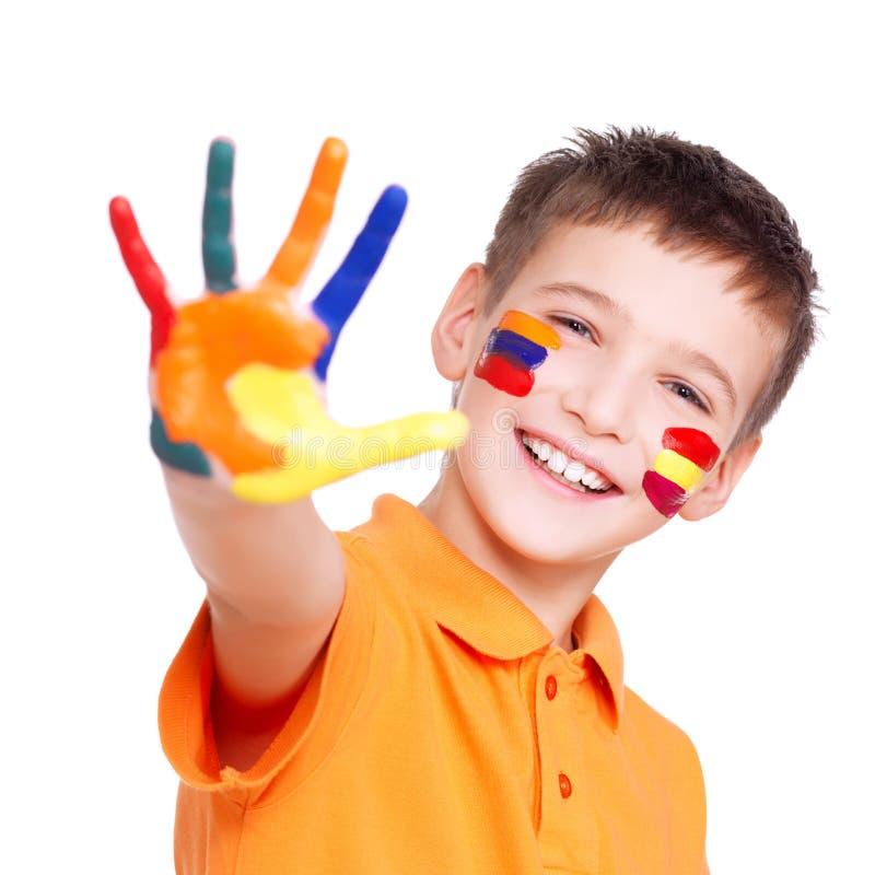 Gelukkige glimlachende jongen met een geschilderd hand en een gezicht royalty-vrije stock afbeelding