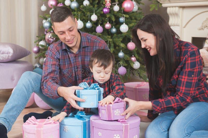 Gelukkige glimlachende Kaukasische ouders met leuk weinig kind met boxe stock afbeelding