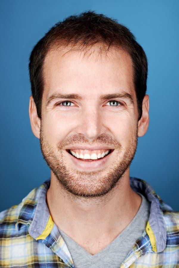 Gelukkige glimlachende mens stock foto