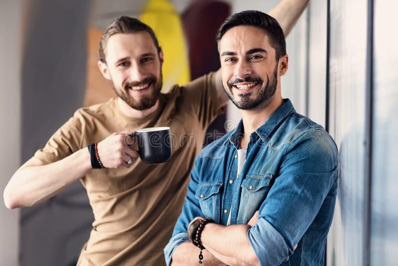 Gelukkige glimlachende mensen die rust hebben royalty-vrije stock afbeelding