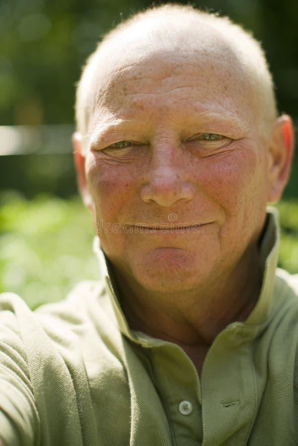 Gelukkige glimlachende middenleeftijds hogere knappe mens stock foto