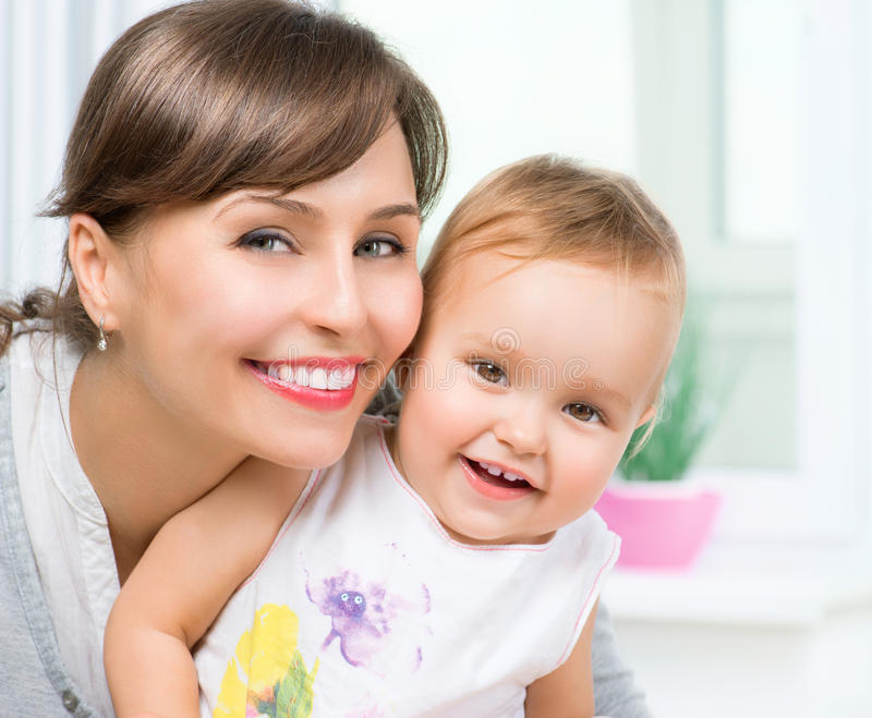 Gelukkige Glimlachende Moeder en Baby royalty-vrije stock foto