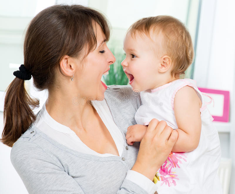Gelukkige Glimlachende Moeder en Baby royalty-vrije stock afbeeldingen