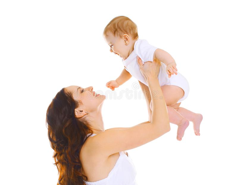 Gelukkige glimlachende moeder en baby die pret hebben die samen op wit wordt geïsoleerd royalty-vrije stock fotografie