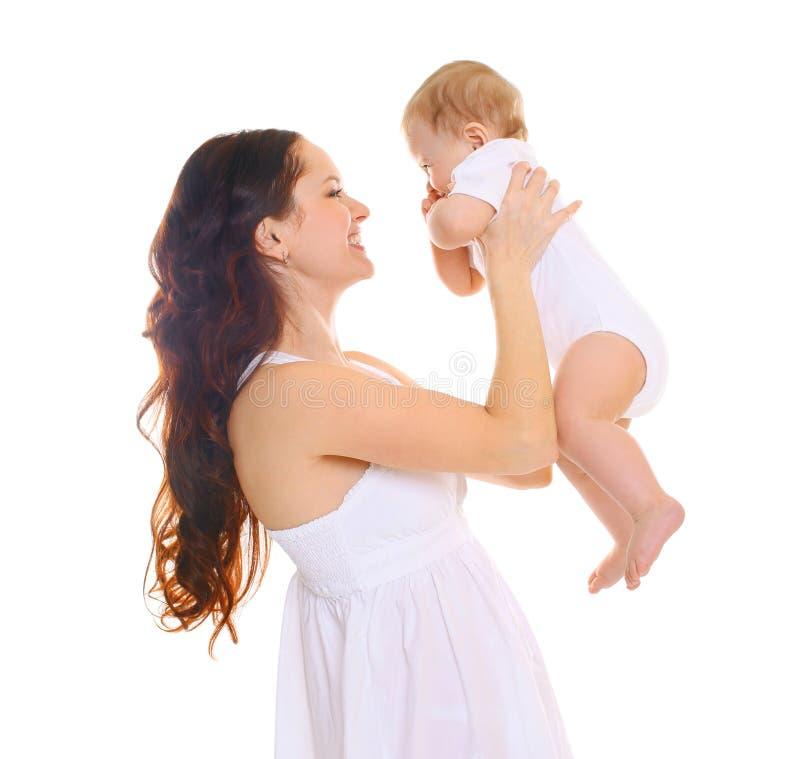 Gelukkige glimlachende moeder met baby op witte achtergrond stock foto