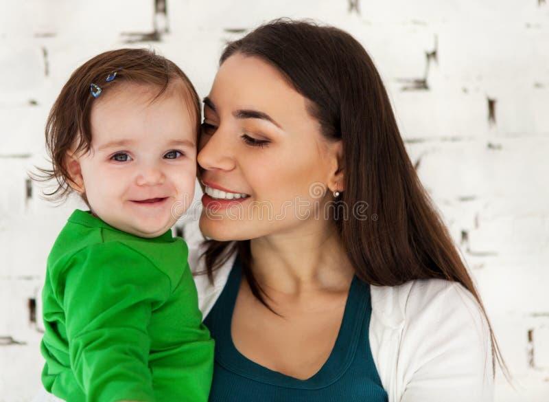 Gelukkige glimlachende moeder met mooi babymeisje royalty-vrije stock fotografie