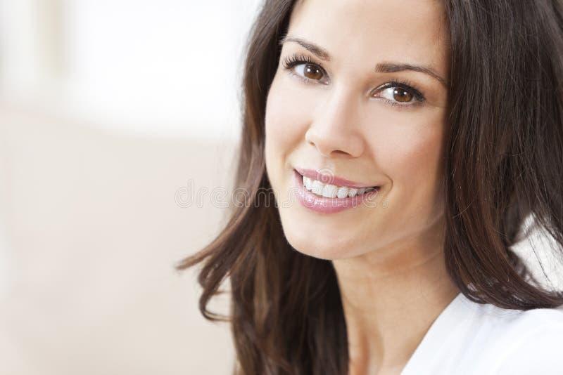 Gelukkige Glimlachende Mooie Donkerbruine Vrouw stock foto's