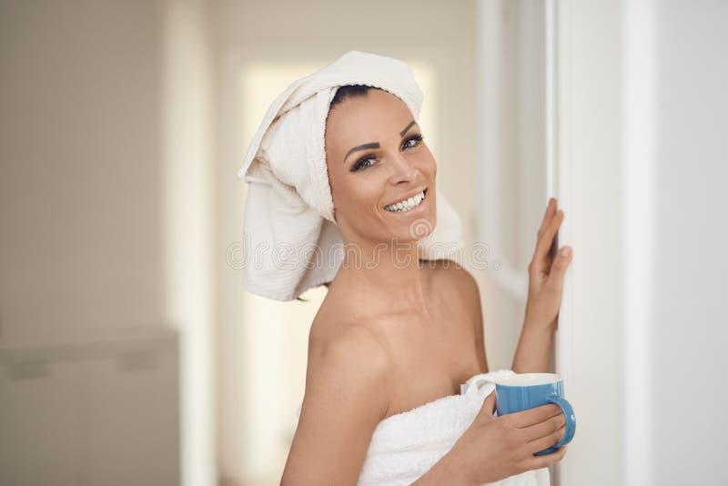 Gelukkige glimlachende mooie gezonde vrouw op middelbare leeftijd royalty-vrije stock afbeelding