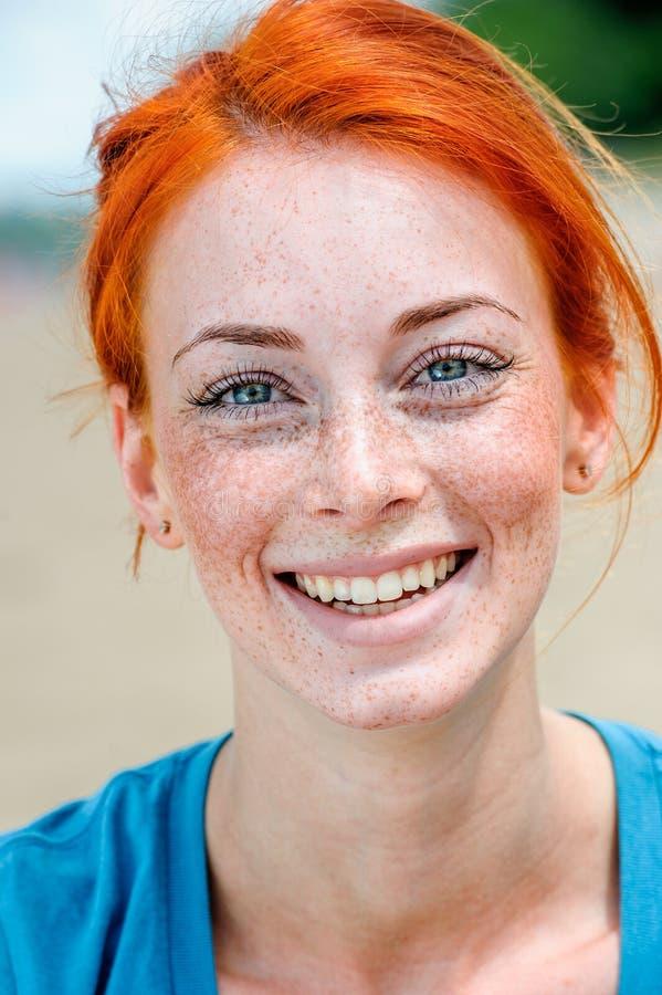Gelukkige glimlachende mooie jonge roodharigevrouw royalty-vrije stock afbeeldingen