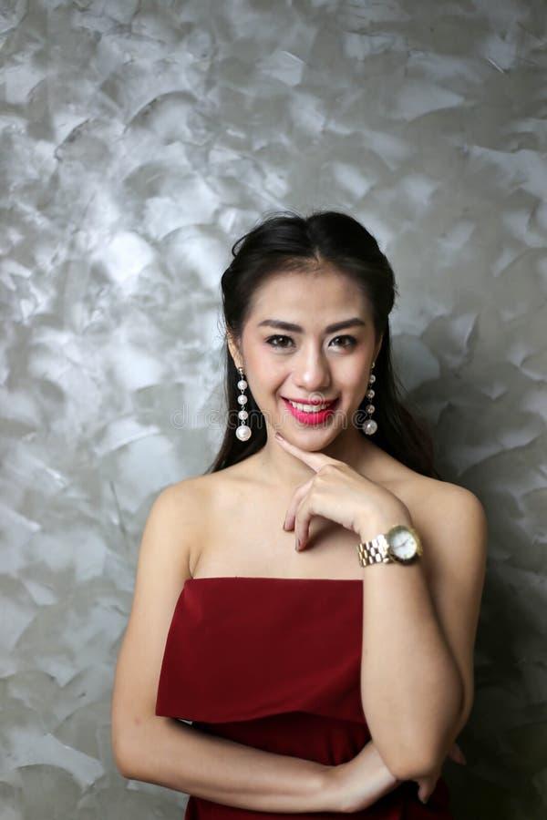Gelukkige glimlachende mooie jonge sexy vrouw in rode partijkleding stock afbeeldingen