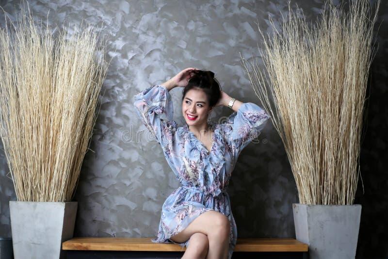 Gelukkige glimlachende mooie jonge vrouw, leuk meisjesconcept royalty-vrije stock afbeeldingen