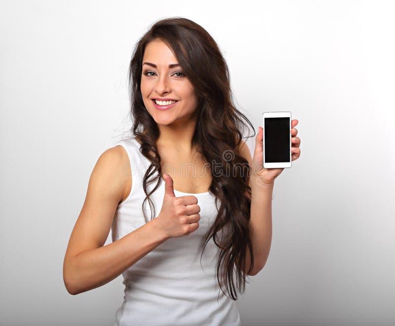 Gelukkige glimlachende mooie opgewekte vrouw holding en reclamemo stock afbeeldingen