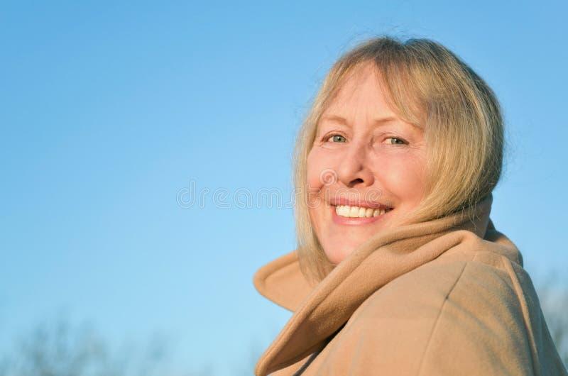 Gelukkige glimlachende rijpe vrouw royalty-vrije stock foto's