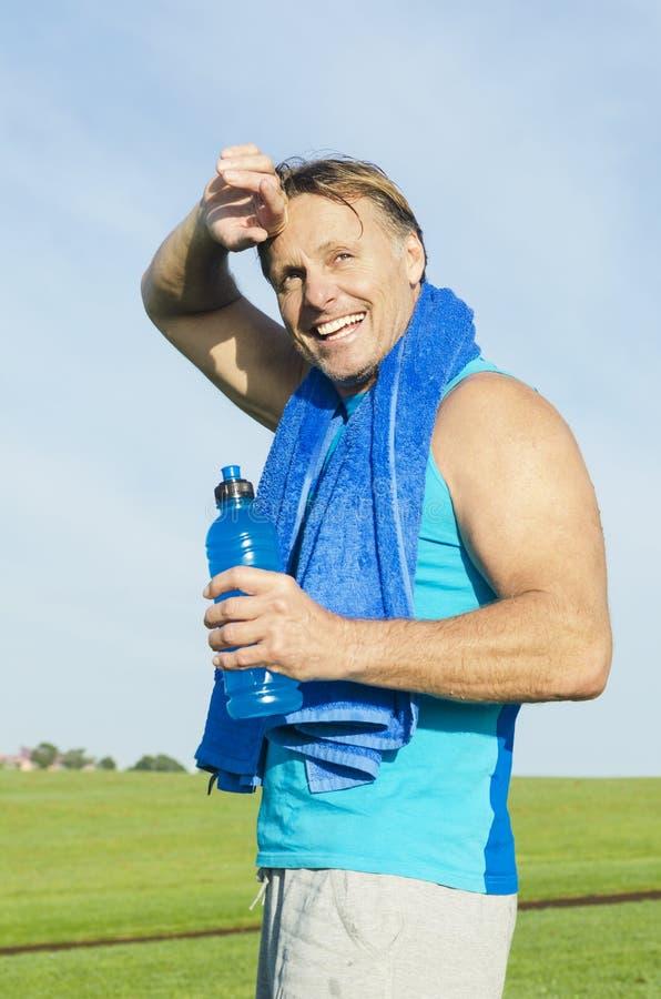 Gelukkige glimlachende sportman stock afbeelding