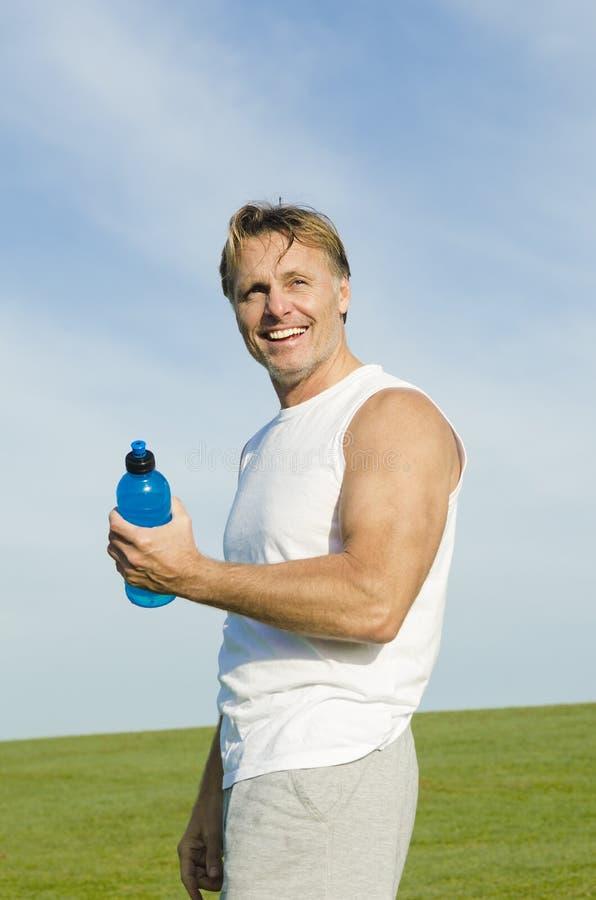 Gelukkige glimlachende sportman stock fotografie