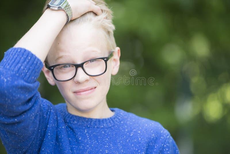 Gelukkige glimlachende tiener openlucht stock foto