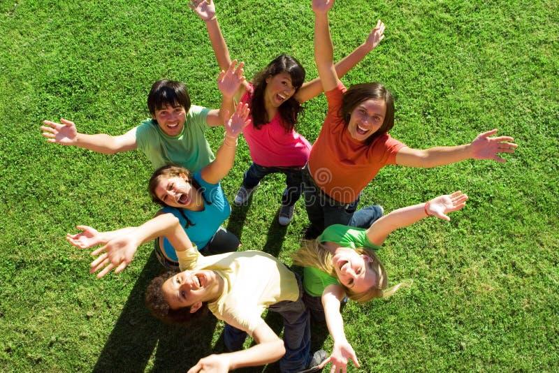 Gelukkige glimlachende tienergroep stock foto's