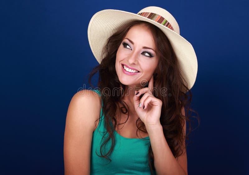 Gelukkige glimlachende toevallige make-upvrouw in het denken en loo van de de zomerhoed stock foto's
