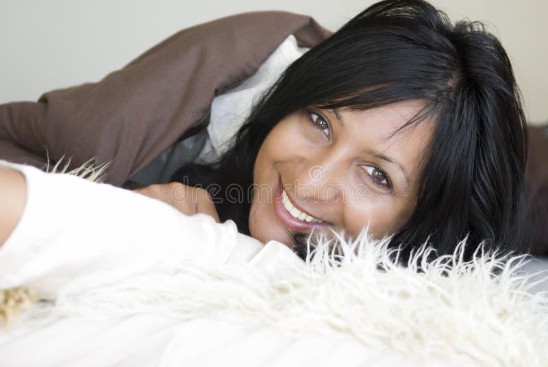 Gelukkige glimlachende vrouw. stock afbeeldingen