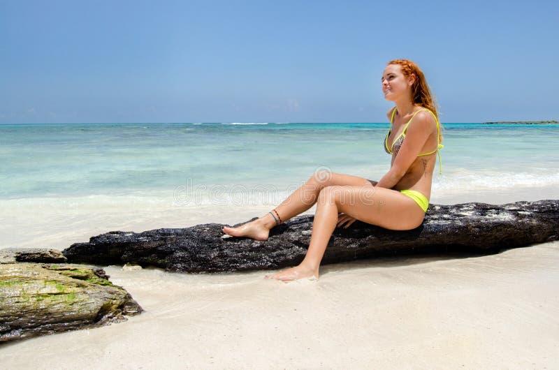Gelukkige glimlachende vrouw bij strand royalty-vrije stock foto