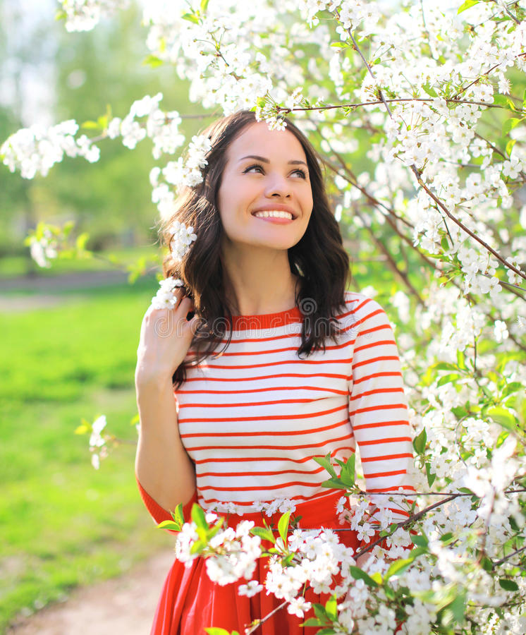 Gelukkige glimlachende vrouw in bloeiende de lentetuin royalty-vrije stock foto