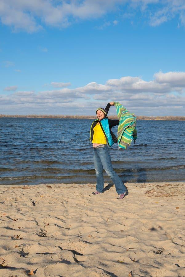 Gelukkige glimlachende vrouw die pret hebben, die met een sluier in de wind spelen, royalty-vrije stock afbeelding