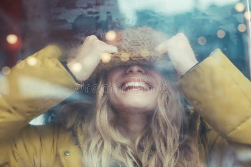 Gelukkige glimlachende vrouw die pret in vervoer hebben stock fotografie