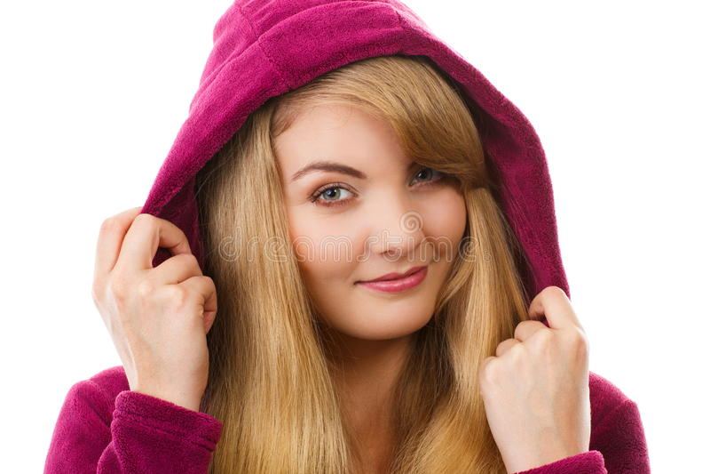 Gelukkige glimlachende vrouw die in purpere badjas met kap, van versheid en welzijn genieten royalty-vrije stock afbeeldingen