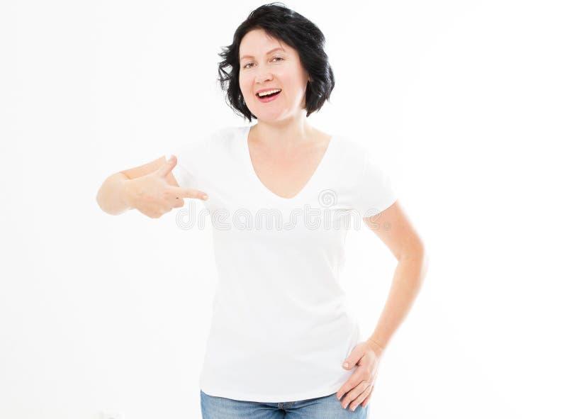 Gelukkige Glimlachende Vrouw die in Witte T-shirt aan zich richten De spot van de puntt-shirt op exemplaarruimte stock afbeelding