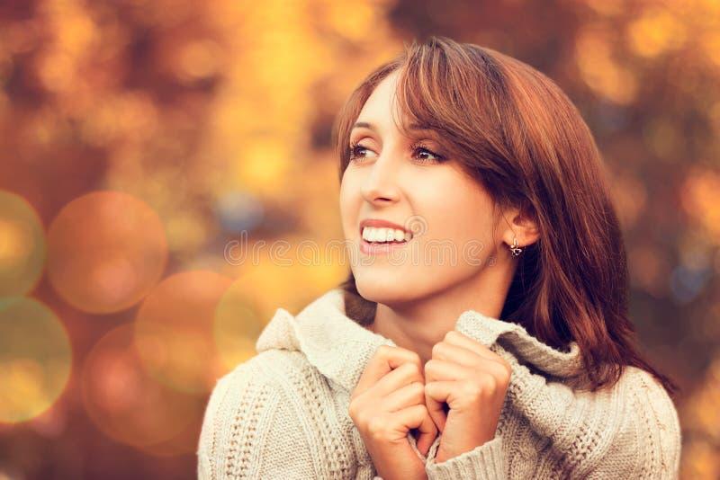 Gelukkige Glimlachende Vrouw op Autumn Background royalty-vrije stock fotografie