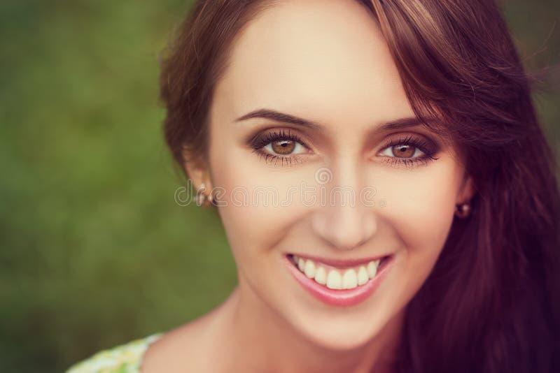 Gelukkige Glimlachende Vrouw op Groene Achtergrond stock foto