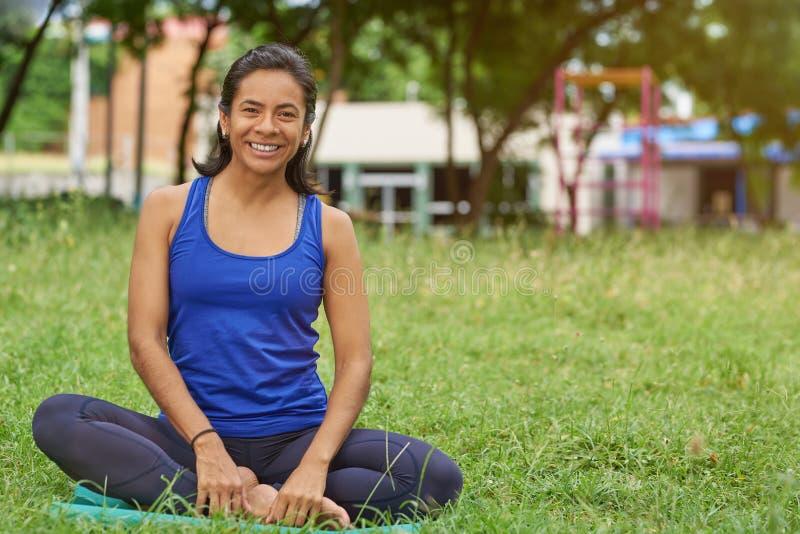 Gelukkige glimlachende vrouw in yogaklassen royalty-vrije stock afbeelding