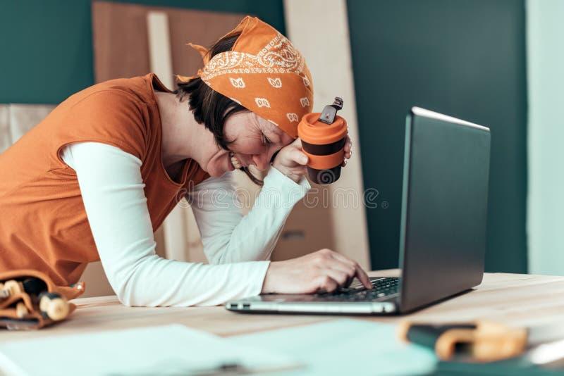 Gelukkige glimlachende vrouwelijke timmerman tijdens online praatje royalty-vrije stock afbeeldingen