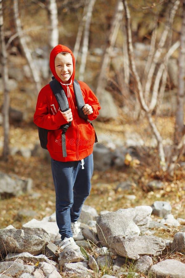 Gelukkige glimlachende wandelaarjongen met rugzak royalty-vrije stock foto
