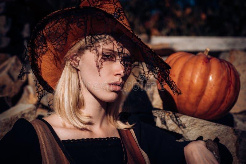 Gelukkige gotische jonge vrouw in het kostuum van heksenhalloween Het concept van Halloween Halloween-Vrouwenportret stock foto