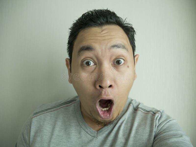 Gelukkige Grappige Aziatische Mens die bij Camera lachen royalty-vrije stock afbeelding