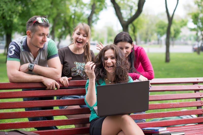 Gelukkige groep het jonge studenten zitten royalty-vrije stock foto's