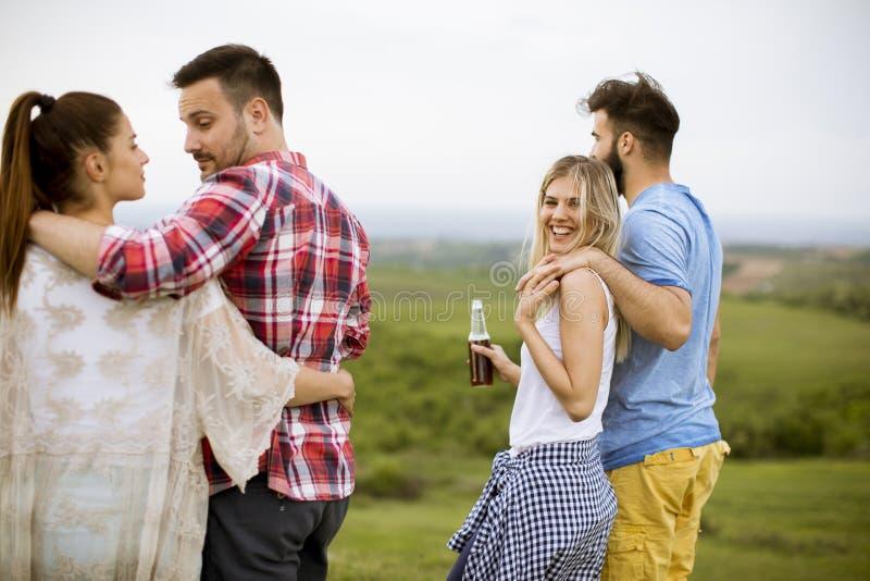 Gelukkige groep vrienden die pret hebben en bij aard glimlachen royalty-vrije stock foto