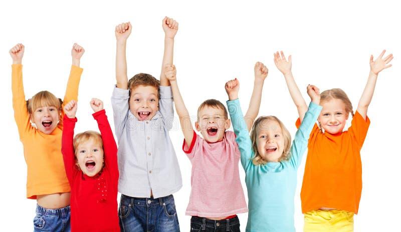 Gelukkige groepskinderen met hun omhoog handen royalty-vrije stock afbeelding