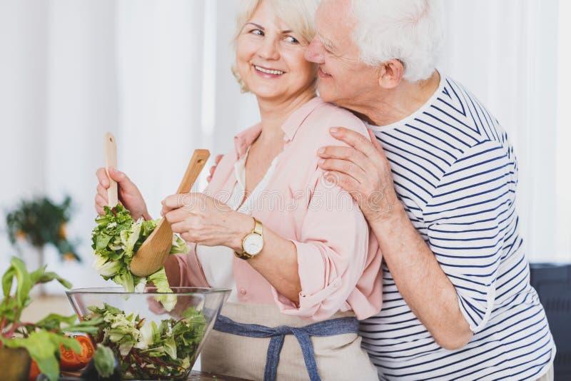 Gelukkige grootmoederglimlachen aan grootvader stock foto