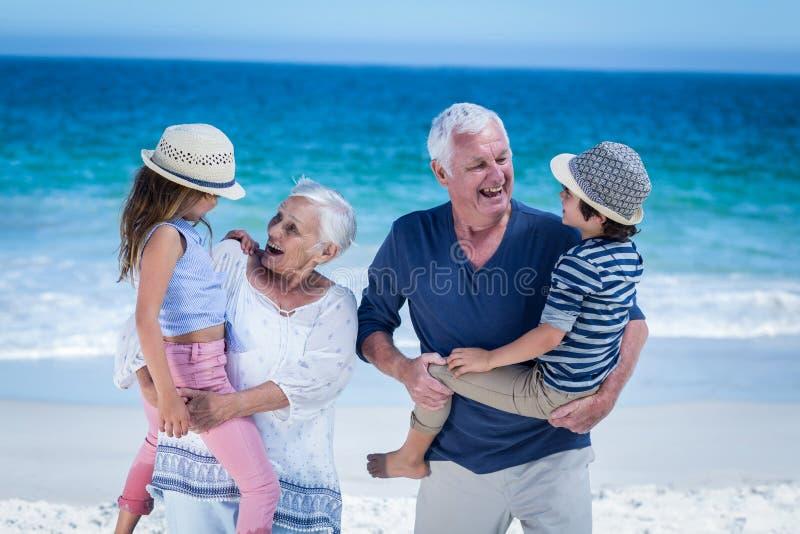 Gelukkige grootouders die op de rug aan kinderen geven royalty-vrije stock foto's