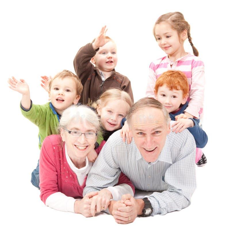 Gelukkige grootouders met grandkids stock afbeeldingen