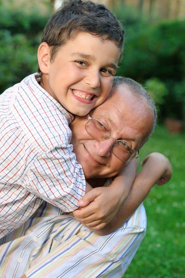 Gelukkige grootvader en kleinzoon royalty-vrije stock afbeeldingen