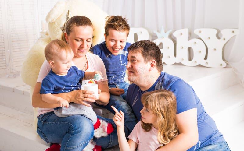 Gelukkige grote familie die pret hebben samen binnen stock foto