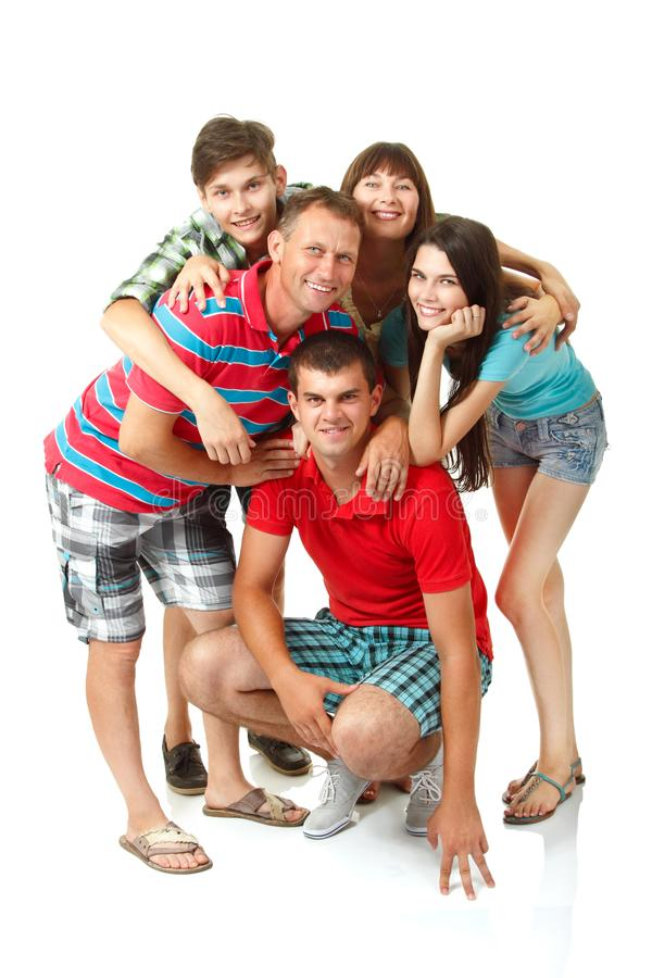 Gelukkige grote Kaukasische familie die pret hebben en over witte bac glimlachen stock fotografie