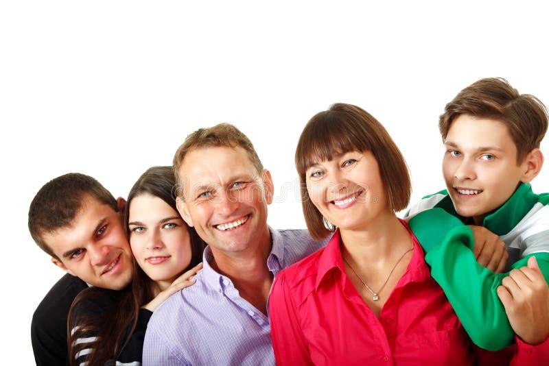 Gelukkige grote Kaukasische familie die pret hebben en over witte bac glimlachen stock foto