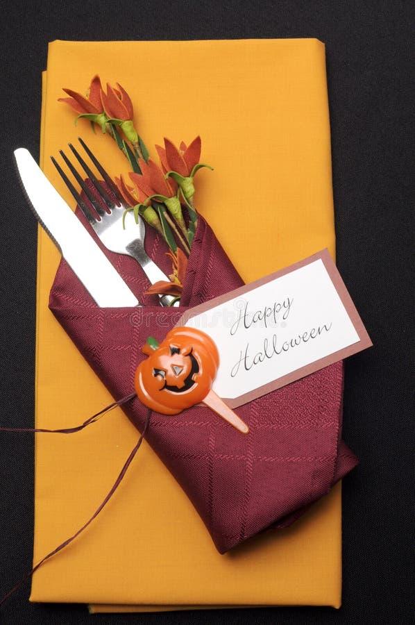 Gelukkige Halloween-lijstplaats die met rode en oranje servetten plaatsen - verticale antenne. stock afbeeldingen