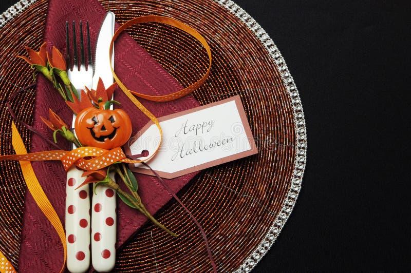 Gelukkige Halloween-lijstplaats die met rood stipbestek plaatsen stock afbeelding