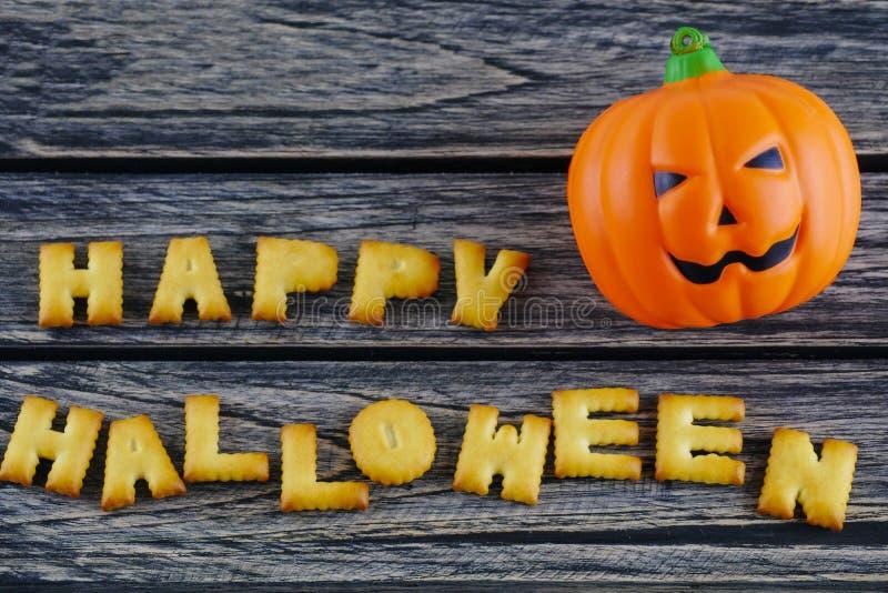 Gelukkige Halloween-woordendecoratie met de pompoen van de hefboomlantaarn op houten achtergrond royalty-vrije stock foto's